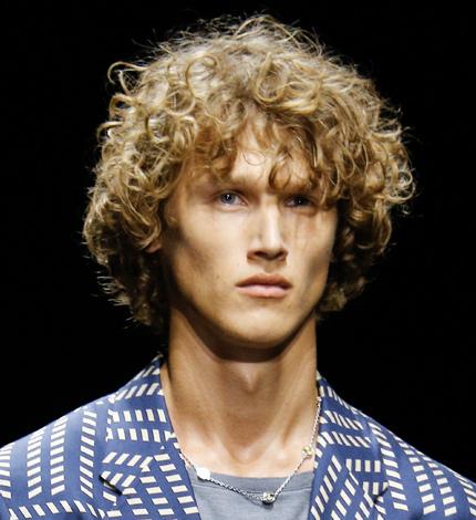Lange blonde haare mann